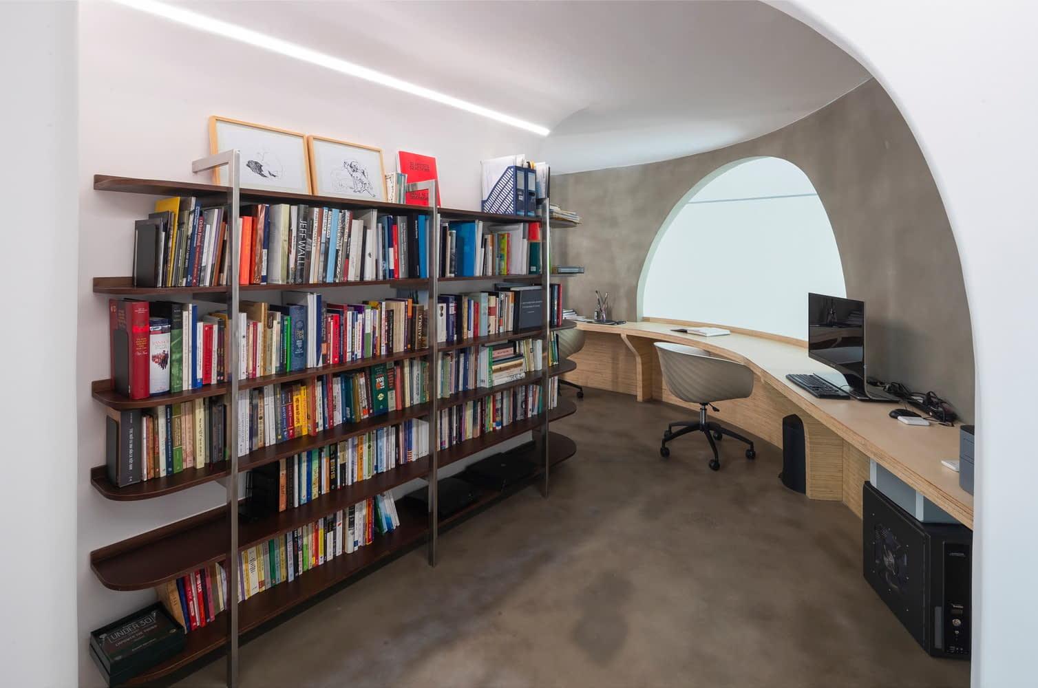 Khu vực phòng làm việc và đọc sách được thiết kế ấn tượng