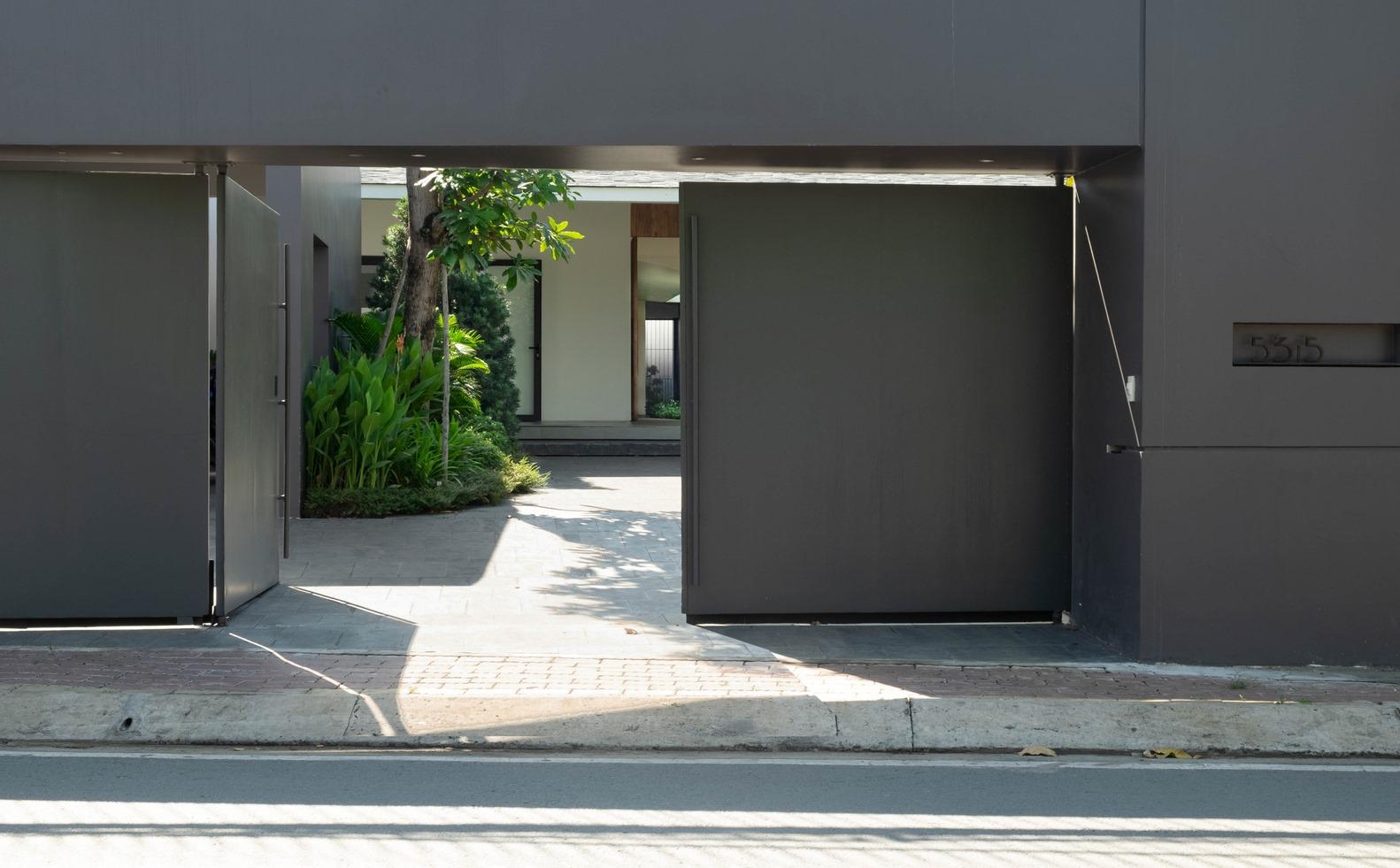 Cổng nhà màu ghi - xám, toát lên nét đẹp sang trọng