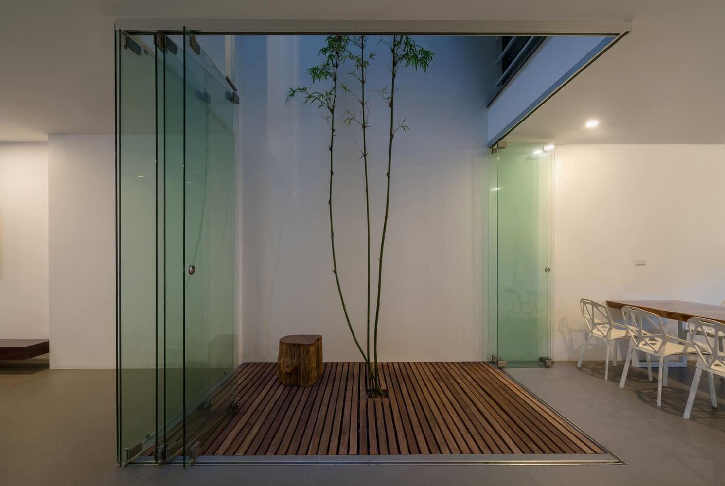 Khu vườn nhỏ nhưng đủ tinh tế và xanh mát để kết nối các không gian trong nhà mới nhau