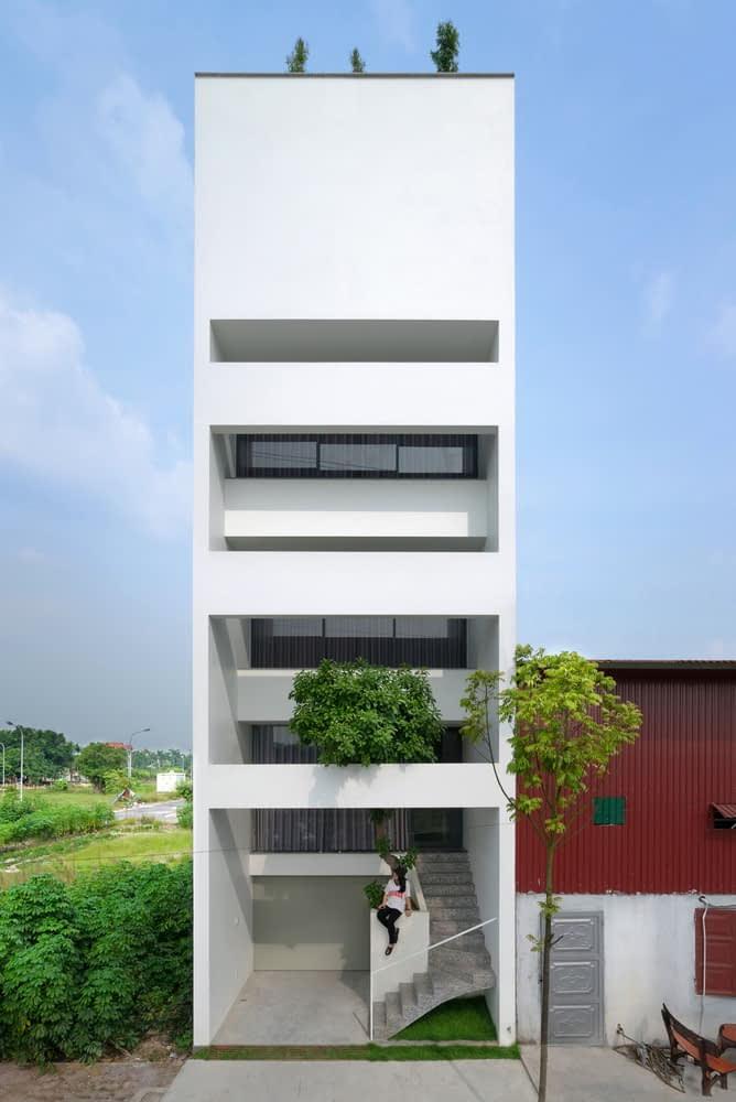 Mặt tiền ngôi nhà được thiết kế tinh tế, tối giản với tone màu trắng chủ đạo