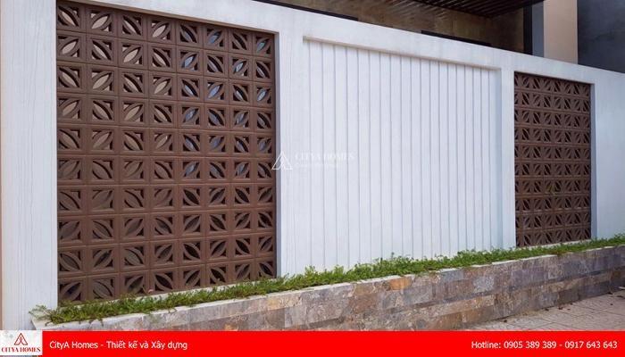 Mẫu tường rào đẹp sử dụng chất liệu gạch kết hợp kim loại 2021