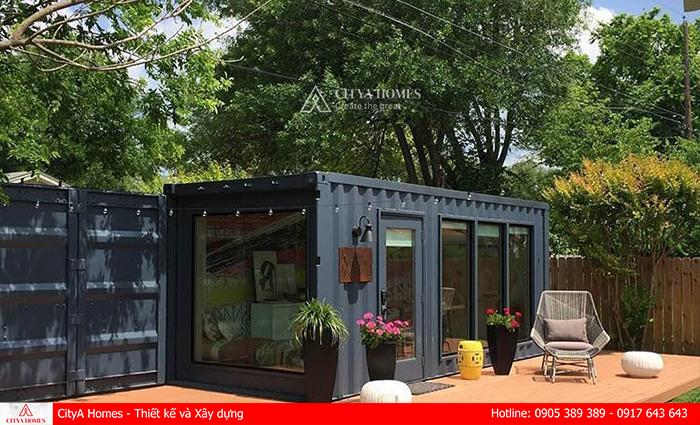Tô điểm không gian nhà container với hoa và đồ nội thất đơn giản